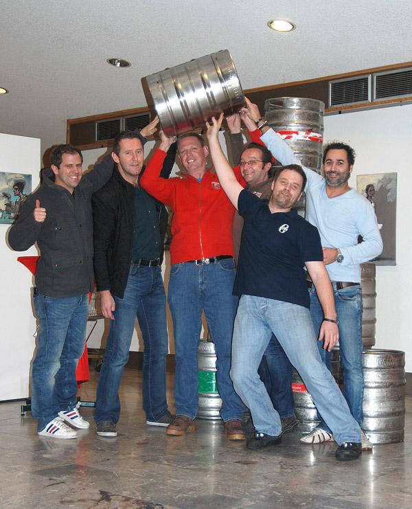 Gewinnspielsieger Walter Karner mit einigen der teilnehmenden Bleiburger Wirte