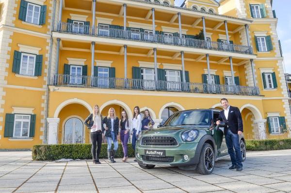 Verkaufsleiter Steven Pils mit möglichen neuen Missen vor dem Schlosshotel Velden